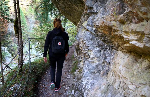 An einigen Stellen ragen die Felsen über den Wanderweg. - Foto Karsten-Thilo Raab