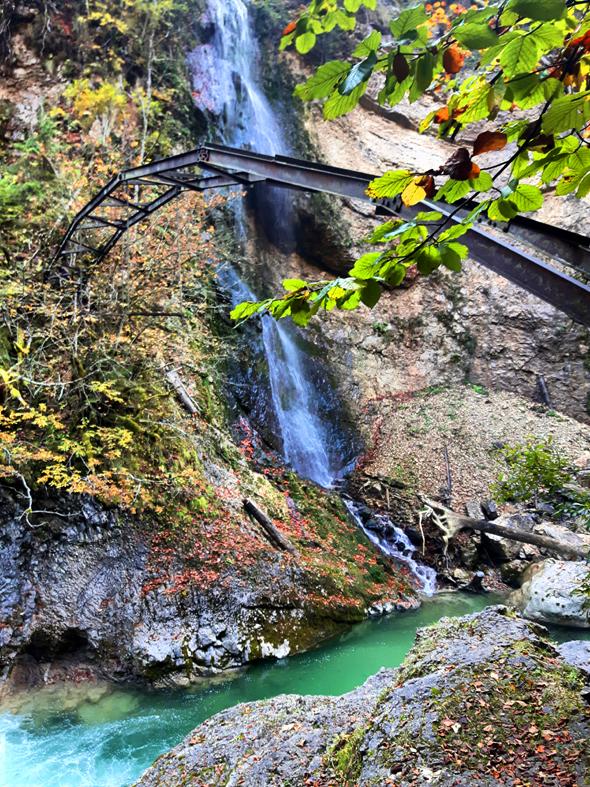 Am ehemaligen Wasserstromwerk speist ein Wasserfall die Brandenberger Ache. - Foto Karsten-Thilo Raab