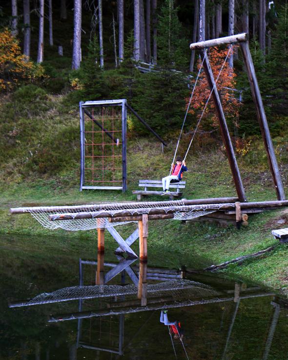 Kleines Nervenkitzeln ist beim Schaukeln über dem Teich garantiert. - Foto Karsten-Thilo Raab