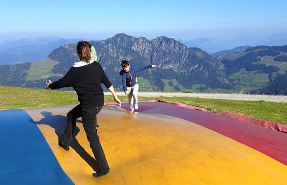 Die Luftkissen sorgen für Hüpfspaß bei Groß und Klein. - Foto Karsten-Thilo Raab