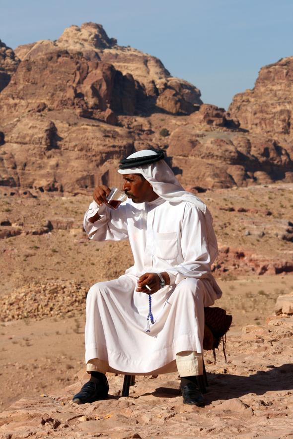 Inmitten der Felsenstadt genießt ein Beduine seinen Kaffee. - Foto Karsten-Thilo Raab