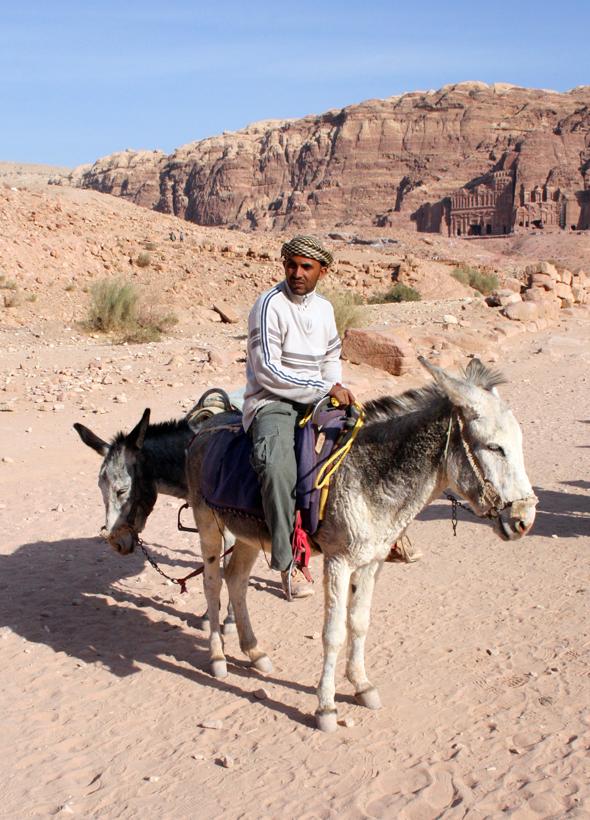 Gemächlich reitet der Eseltreiber durch Petra und wartet auf lauffaule Kunden. - Foto Karsten-Thilo Raab