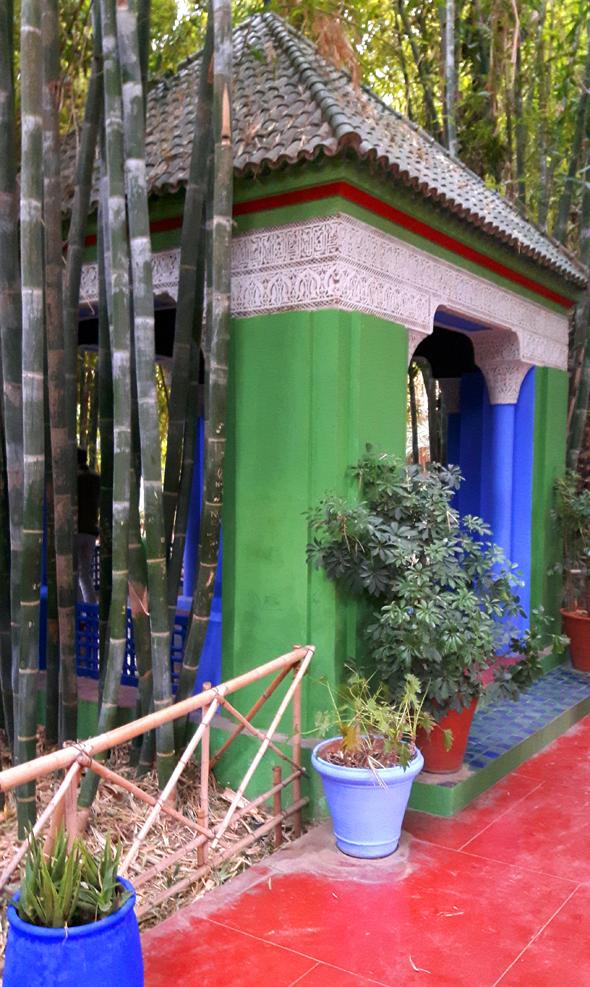 Bambushölzer und knallbunte Farben prägen Teile des Jardin Majorelle. - Foto Karsten-Thilo Raab