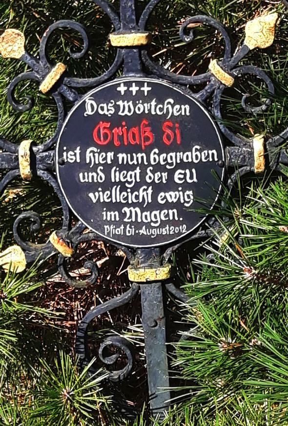 Sogar Grußformeln wurden in Kramsach symbolisch zu Grabe getragen. - Foto Karsten-Thilo Raab