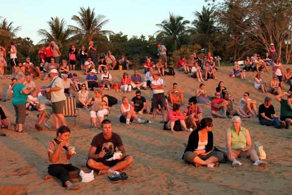 Am Mindil Beach lassen sich die Speisen und getränke des angrenzenden Marktes genießen. - Foto Karsten-Thilo Raab