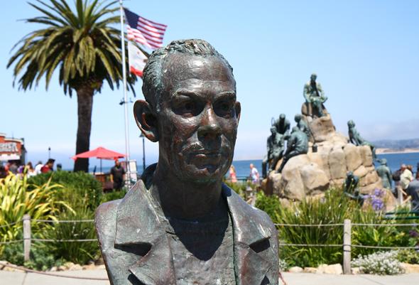 Im Herzen der Cannery Row in Monterey liegt die Steinbeck Plaza mit den Steinbeck-Denkmälern. - Foto Karsten-Thilo Raab
