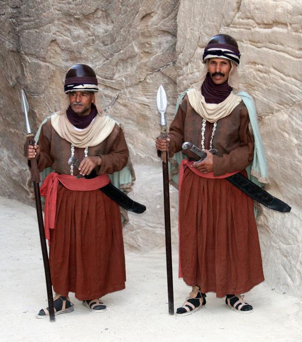 Den Weg in die Felsenstadt kontrollieren zwei Nabatäer-Soldaten. - Foto Karsten-Thilo Raab