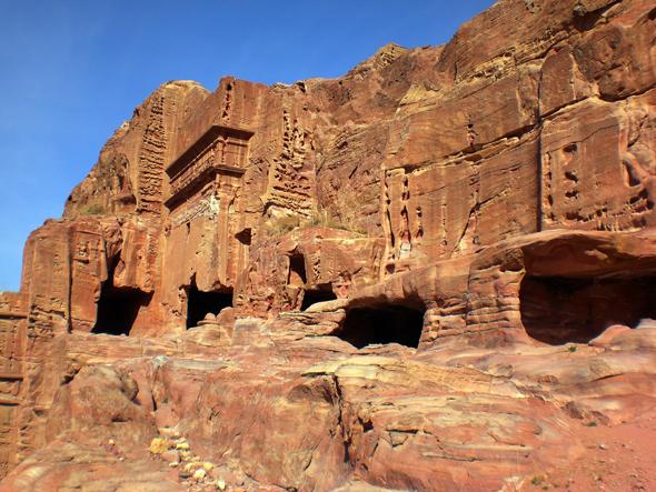 Rund 900 Felsenwohnungen sind im weitläufigen Areal von Petra zu finden. - Foto KarstenThilo Raab