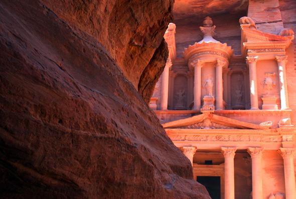 Einfach atemberaubende ist nach dem Gang durch 1.200 Meter langen Siq der Blick auf das Schatzhaus von Petra. - Foto Karsten-Thilo Raab