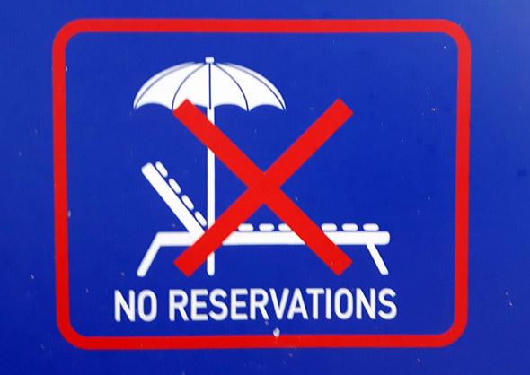 Ungeachtet eindeutiger Schilder treiben an vielen Urlaubsorten die Liegenreservierer im Halbdunkel ihr Unwesen. - Foto Karsten-Thilo Raab