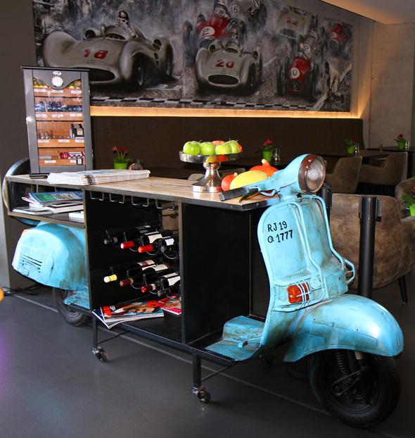 Ein umgebautes Motorrad trennt den Bar- vom Restaurant-Bereich. - Foto Karsten-Thilo Raab