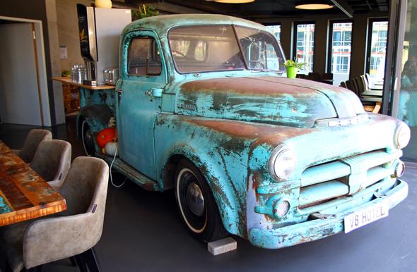 Der alte Pick-up gehört zu den Blickfängen im Restaurant. - Foto Karsten-Thilo Raab