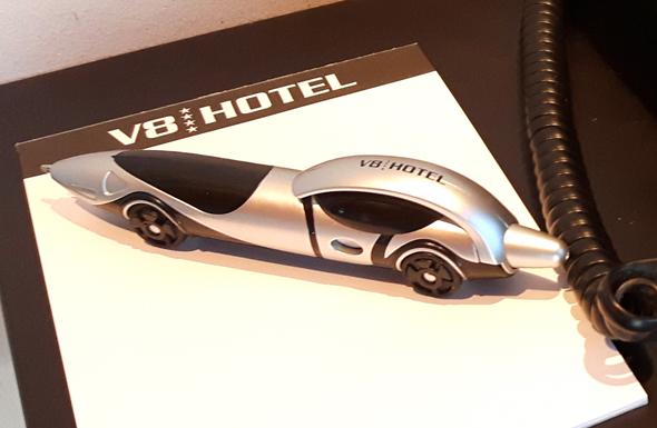"""Die Kugelschreiber des V8 Hotels sind beliebte """"Bute"""" bei den Gästen. - Foto Karsten-Thilo Raab"""