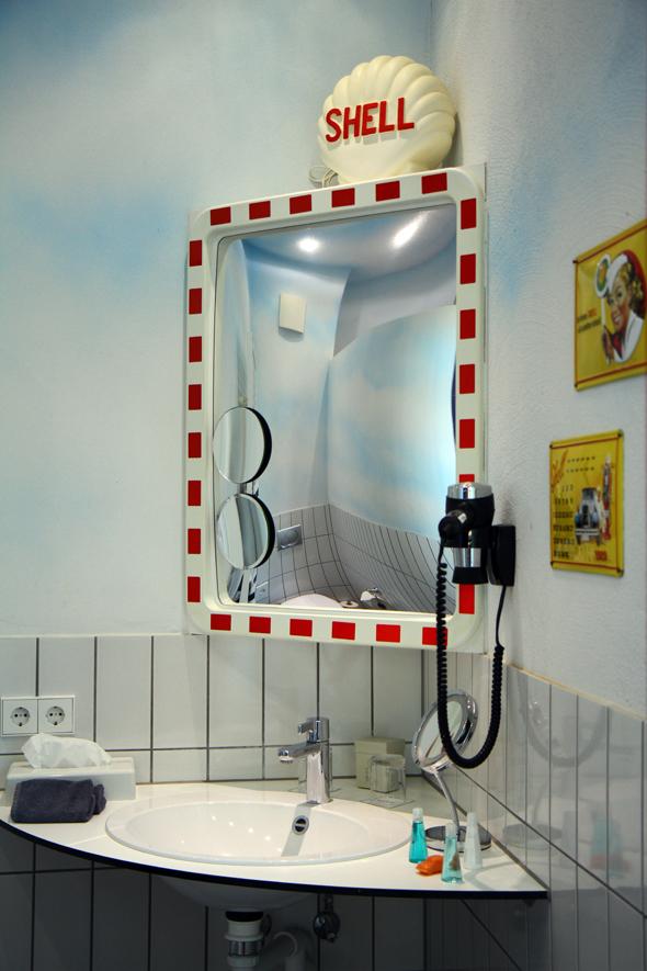 Selbst beim Blick in den Spiegel wird das Oberthema deutlich. - Foto Karsten-Thilo Raab