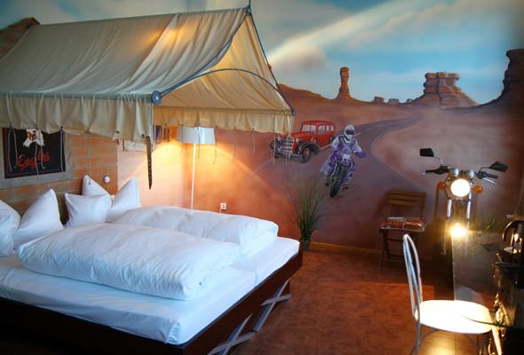 Im Route 66 Zimmer lässt sich auch unter einem Zeltdach schlafen. - Foto Karsten-Thilo Raab
