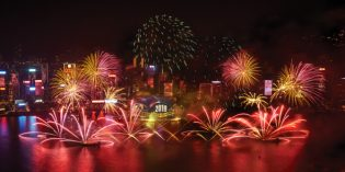 Hongkong: Pyromusical über dem Victoria Harbour