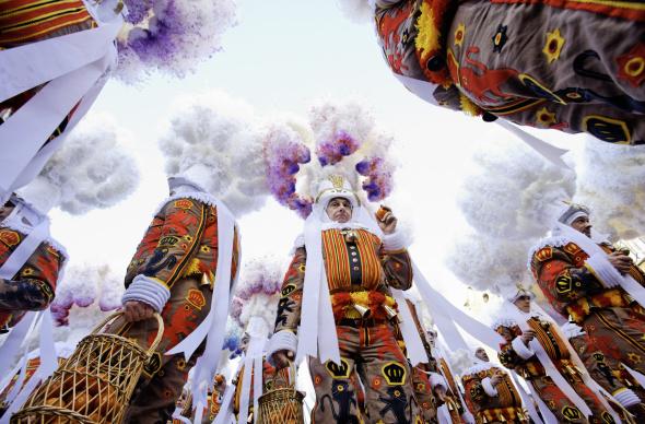 Die berühmtesten Figuren des wallonischen Karneval: die Gilles von Binche. - Foto WBT/Alex Kouprianoff