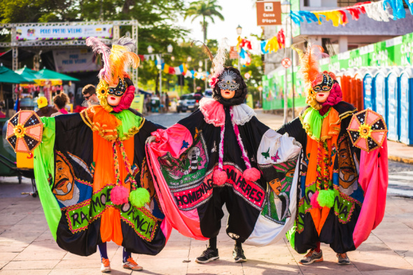 Farbenfrohe Kostüme und Samba-Klänge sind fester bestandteil des Karnevals im brasilianischen Olinda.- Foto Embratur