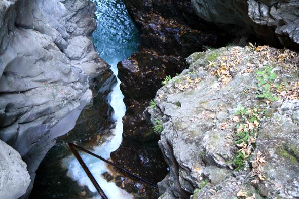 Zwischen engen Felsenwänden stürzt das Wasser durch die Gilfenklamm. Foto Karsten-Thilo Raab