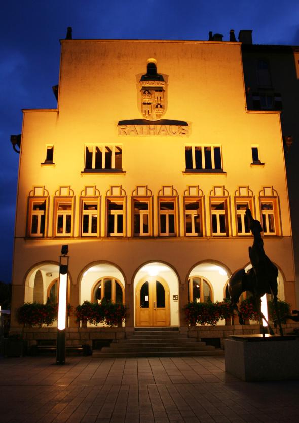 Das Rathaus in Vaduz erstrahlt nicht nur zum Landesjubiläum. - Foto Karsten-Thilo Raab