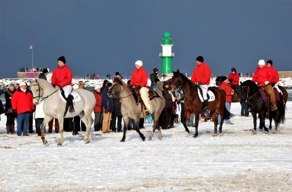 Reiter zeigen ihre Künste beim Warnemünder Wintervergnügen. - Foto: TZRW/Joachim Kloock