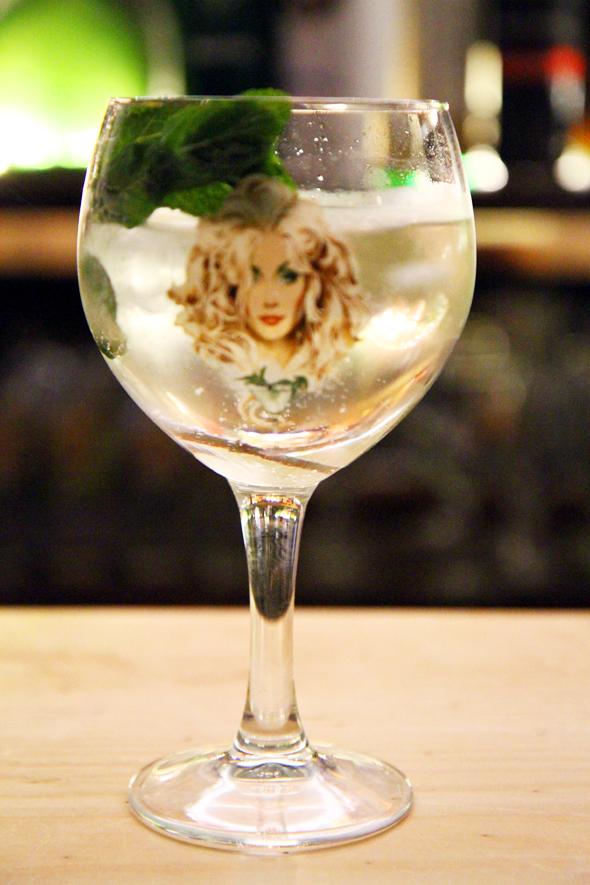 Natürlich bleibt den Gin-Lehrlingen auch eine Kostprobe von Daffy's preisgekröntem Gin nicht verwehrt. - Foto Karsten-Thilo Raab