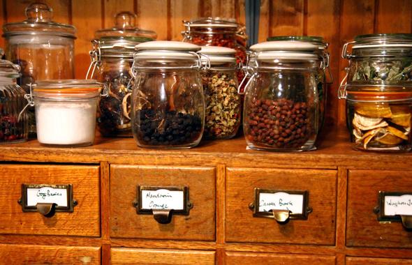 Fast 130 Zutaten werden für die individuelle gin-Herstellung vorgehalten. - Foto Karsten-Thilo Raab