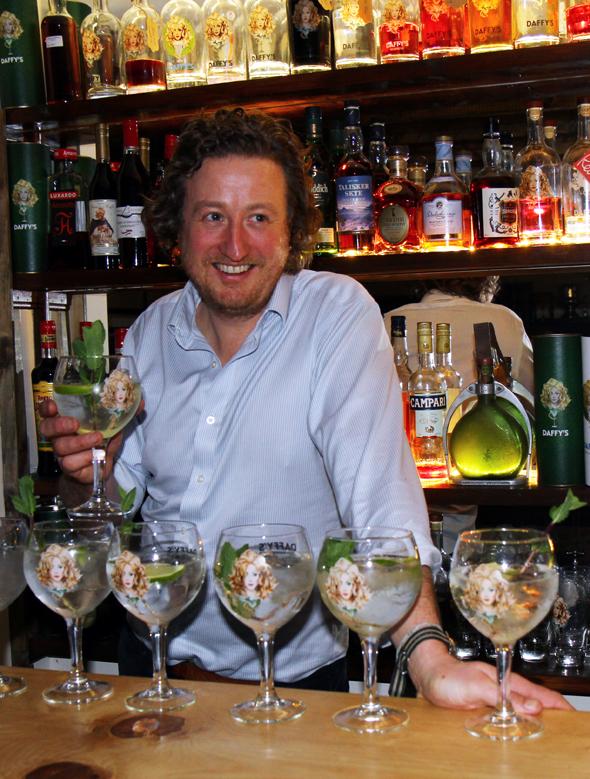 Chris Molyneaux vermittelt in einem Schnellkurs die Grundlagen der Gin-Herstellung. - Foto Karsten-Thilo Raab