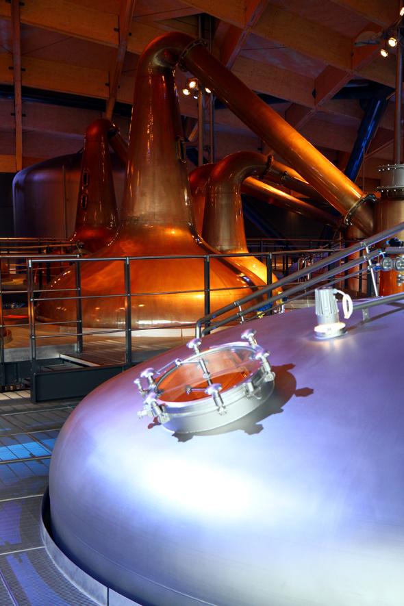 Überaus beeindruckend sind die gigantischen Kessel und Brennblasen der Destillerie. - Foto Karsten-Thilo Raab