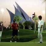 Golfen auf sattem Grün in der Wüste