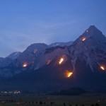 Feurige Bergwelt: Zugspitze in Flammen