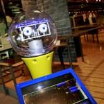 Seite an Seite mit dem sprechenden Roboter durchs Paderborner Computermuseum