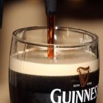 Schwarzes Bier mit weißem Schaumkragen
