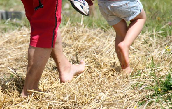 Barfuß unterwegs zu sein, ist durchaus eine Wohltat für die Füße. (Foto Karsten-Thilo Raab)