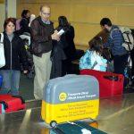 Kleine Kinder vom Gepäckband fernhalten