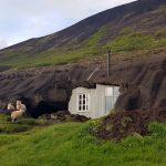 Einblick in eine kuriose isländische Wohnhöhle