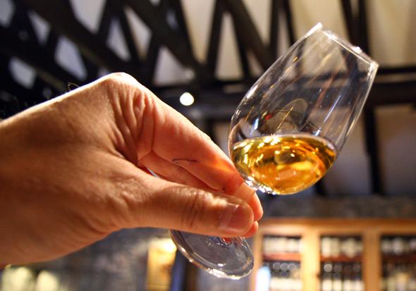Das Tasting ist fester Bestandteil zum Abschluss der Tour durch die Royal Lochnagar Destillerie. (Foto Karsten-Thilo Raab)