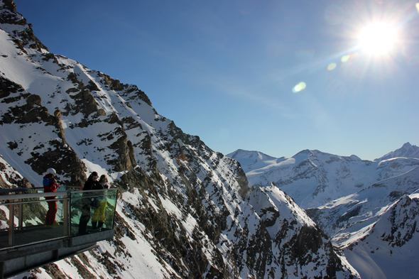 Von den beiden Aussichtsplattformen am Kitzsteinhorn bieten sich famose Ausblicke auf den Nationalpark Hohe Tuaern. (Foto Karsten-Thilo Raab)