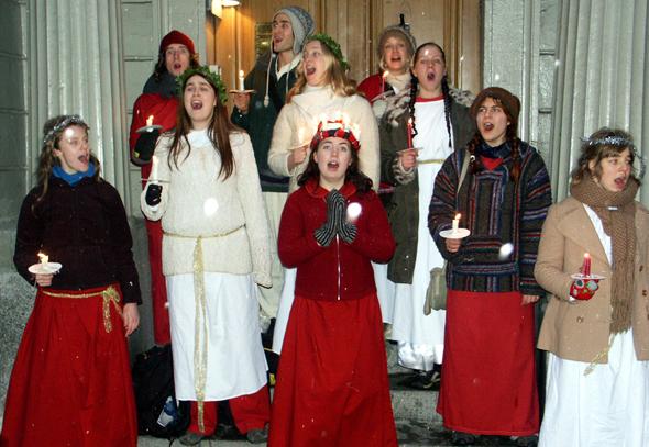 Anlässlich des Luciafests finden sich Lichterköniginnen und Gefolge auf den Straßen von Stockholm. (Foto Karsten-Thilo Raab)