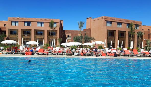 Rund um den Pool gruppieren sich die Gebäude des Be Live Experience Marrakesch. (Foto Karsten-Thilo Raab)