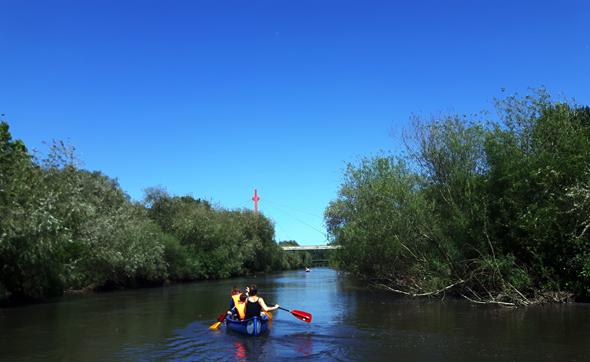 Niedersachsens Landeshauptstadt Hannover lässt sich - wie hier auf der Ihme - auch wunderbar vom Wasser aus entdecken. (Foto Karsten-Thilo Raab)