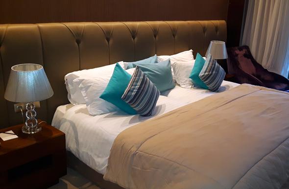 Die Betten im Royal Atlas Hotel sind breiter als lang. (Foto Karsten-Thilo Raab)