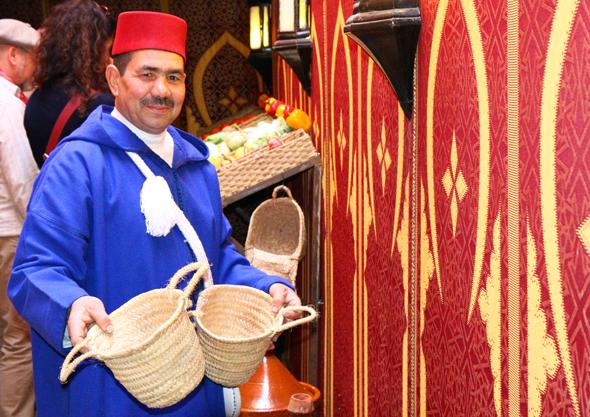 Abdalim Chakour begrüßt die Kochschüler und hilft, die benötigten Zutaten zusammenzutragen. (Foto Karsten-Thilo Raab)