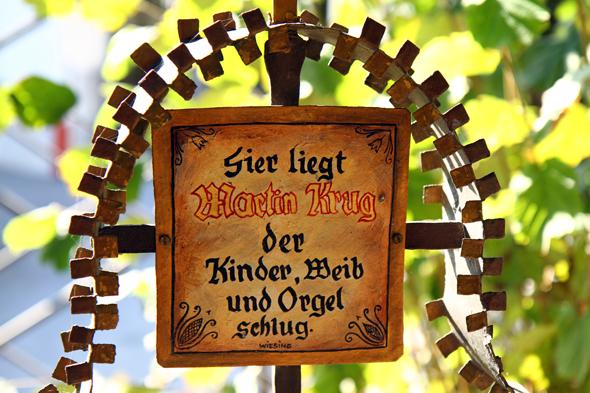 Witzig, derb und wenig pietätvoll sind manche Grabkreuze auf dem Museumsfriedhof in Kramsach. - Foto Karsten-Thilo Raab