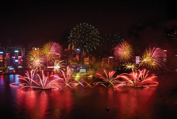 Die Millionenmetropole Hongkong begrüßt das Neue Jahr mit einem spektakulären Pyromusical am Hafen.
