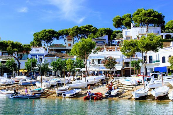 Nicht nur wegen der vielfältigen Wassersportmöglichkeiten gehört die Costa Brava zu den beliebtesten Ferienregionen in Spanien.