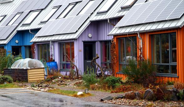 Die moderneren Häuser sind allesamt mit Solardächern versehen. - Foto Karsten-Thilo Raab