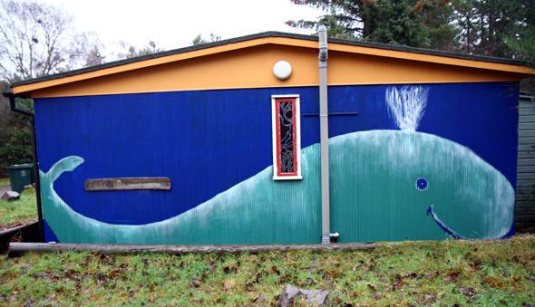 Einige Bewohner haben ihre Hausfassaden durchaus kunstvoll gestaltet. - Foto Karsten-Thilo Raab