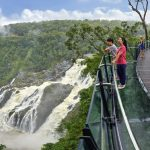 Queensland: Schwindelerregender Lookout über 260 Meter hohem Wasserfall