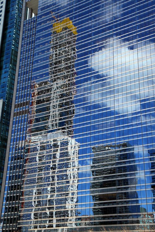 Spiegelung in einerWolkenkratzer-Fassade - Foto Karsten-Thilo Raab